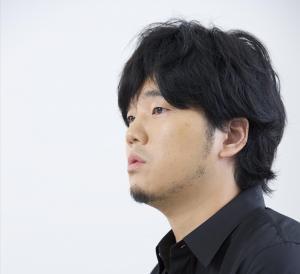 秦 基博(はた もとひろ) 1980 年宮崎県生まれ。2014 年映画『STAND BY ME ドラえもん』の主題歌として書き下ろした「ひまわりの約束」が大ヒット。15 年6月「水彩の月」は映画『あん』の主題歌に。本作の主題歌「Q&A」は9月9日(水)リリース。