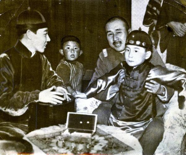 清朝皇族粛親王の第14王女の川島芳子さん(左端)