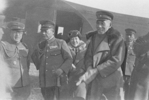 【1932年11月1日】満州里(マンチューリ)事件の邦人救出の使命を帯びてマチェフスカヤに向かう(右)から多田駿(はやお)少将、軍装の川島芳子さん、小磯国昭関東軍参謀長