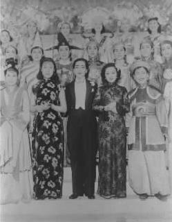 【1939年】宝塚を訪ねた満映スター李香蘭(山口淑子=前列右から2人目)さん。戦時中に中国人歌手・女優として活躍した