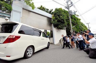 直系組長らの車が入る山口組総本部。捜査員や報道関係者が集まり緊迫した=2015年9月1日