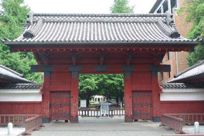 東京大学のシンボルである赤門=東京都文京区