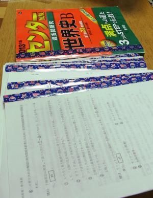 大学入試の過去問題集「赤本」は問題を年ごとに切り分けてまとめ、カラーテープで色分け。