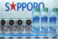 船上自販機の100円の缶ビール。隣の天然水は150円