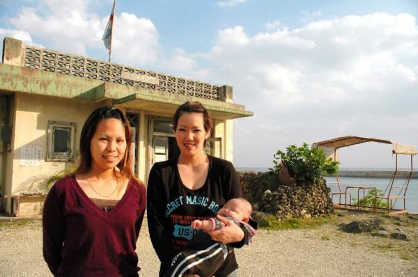 与那国島の与那国浜のそばにたつ「コトー診療所」のセットには本土から観光客が訪れる=2010年12月9日