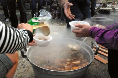 芋煮をつつきながら距離を縮めよう!「婚活芋煮会」も開かれた=2009年10月25日