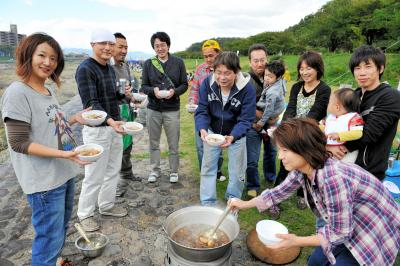 河川敷はどこも芋煮会でにぎわう=2012年10月13日