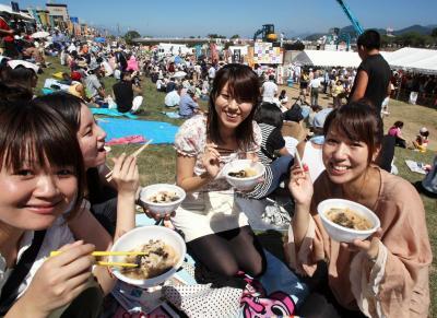 炎天下でも大勢の女性らが集まる「日本一の芋煮会フェスティバル」=2010年9月5日