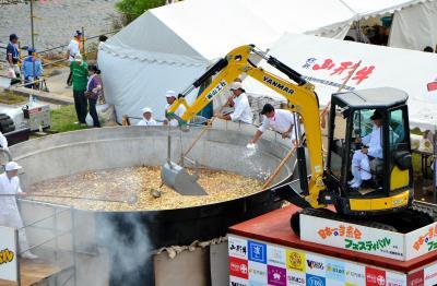 重機で大鍋をかき混ぜる「日本一の芋煮会フェスティバル」=2013年9月1日