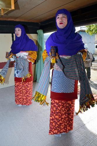 「春駒まつり」。女装した若者たちが地区の家々を回り、歌と踊りで家内安全と五穀豊穣(ほう・じょう)を祈る=2015年2月11日、群馬県川場村