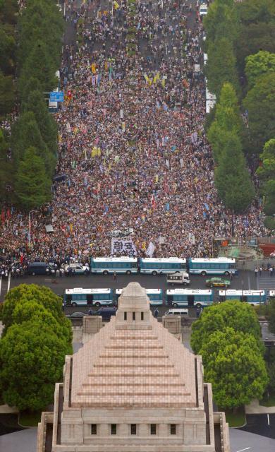国会前で安保関連法案反対を訴える人たち=2015年8月30日、岩下毅撮影