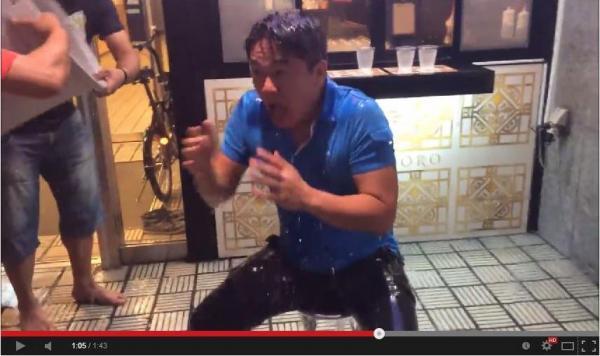 氷水をあびる元ライブドア社長の堀江貴文さん。ユーチューブの映像から=2014年