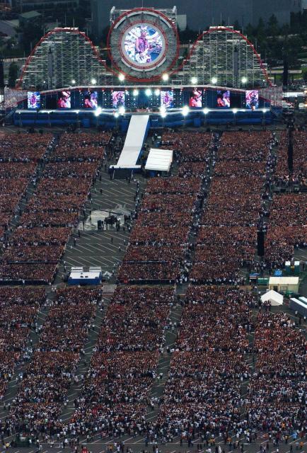 GLAY がUSJで開いた10万人ライブ=2004年7月31日、小川智撮影