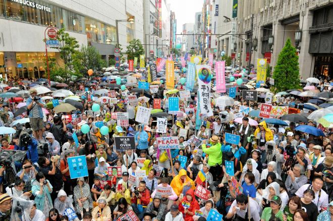 安保関連法案反対を訴える抗議行動には多くの人たちが参加した=2015年9月6日、東京・新宿、日吉健吾撮影