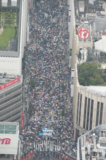 新宿の歩行者天国が埋め尽くされたが、もともと人が集まる場所では駅の利用者数を調べてもデモ参加者数はわからない=2015年9月6日、白井伸洋撮影