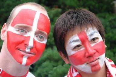 ペィンティング対決。デンマーク、イングランドそれぞれの旗の色に顔をペイントしたサポーターたち