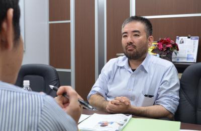 取材に答える高橋淳弁護士=東京・新宿、丹治翔撮影