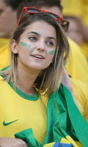 フェースペイントして盛り上がるブラジルサポーター