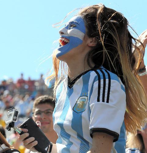 フェースペイントをして盛り上がるアルゼンチンサポーター