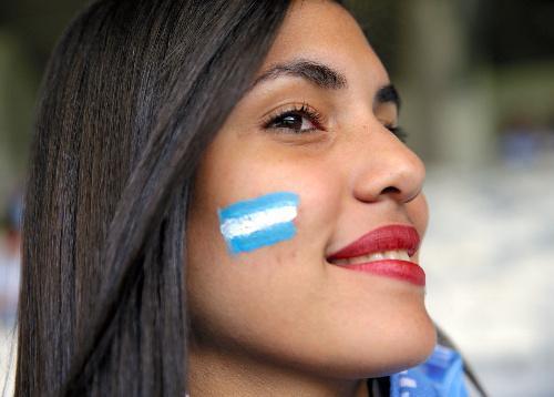 フェースペイントをして応援するアルゼンチンのサポーター