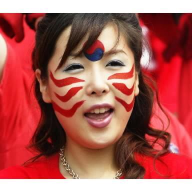 ほおにペイントを塗った韓国サポーター