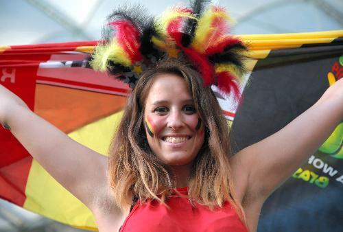 国旗のフェースペイントと髪飾りをしたベルギーサポーター