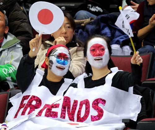 五輪会場で顔に日の丸と太極旗のペインティングをして応援する観客