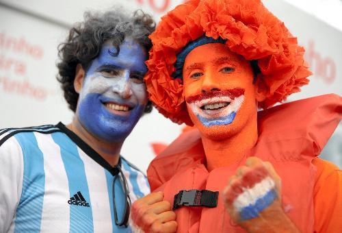 試合前、フェースペイントをして一緒に盛り上がるアルゼンチン(左)とオランダのサポーター