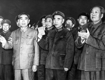 文化大革命のさなかに、各地の代表者らと接見する(前列右から)毛沢東主席・林彪副主席・周恩来首相。毛沢東と周恩来は人民服姿だ=北京