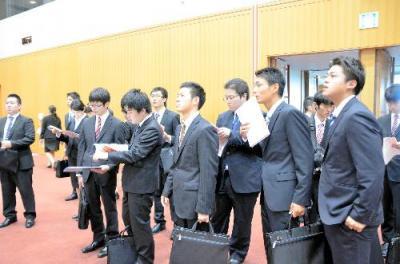 合同会社説明会に集まった学生=福岡市博多区の福岡国際会議場