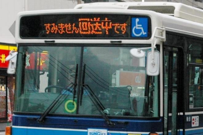 「すみません回送中です」と表示しながら停留所を通過する宮崎交通のバス