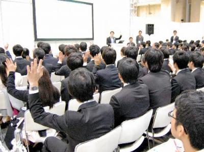 企業の合同説明会に参加する学生たち=東京都江東区