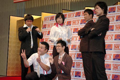 「M―1グランプリ2004」で優勝したアンタッチャブル(前列)とM―1グランプリ2005に挑戦する南海キャンディーズ(後列左)、麒麟(同右)=東京都内で