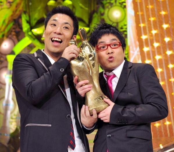 「M-1グランプリ2009」で優勝したパンクブーブーの佐藤哲夫(左)と黒瀬純