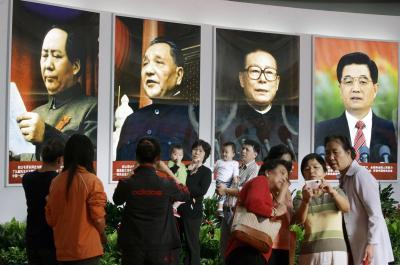 中国の60周年国慶節を前に開かれた、指導者らの肖像画の展覧会(左から毛沢東、鄧小平、中山装姿の江沢民の各氏)=2009年9月21日