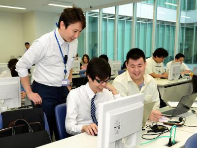 記事データベースを使って就職活動用の企業研究をする学生たち