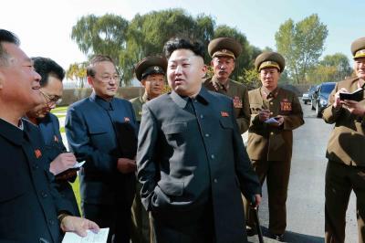 黒地の人民服を愛用する、北朝鮮の金正恩第1書記=2014年10月17日