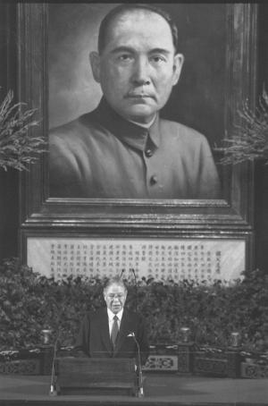 孫文の肖像の前で就任演説をする台湾の李登輝総統。孫文は中山装姿で描かれている=1990年5月20日