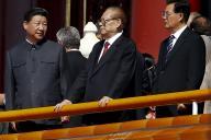 中国の軍事パレードに臨む、中山装姿の習近平国家主席(左端)=2015年9月3日