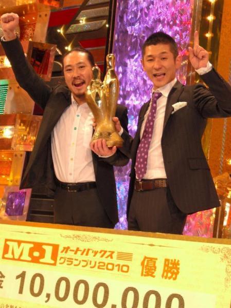 「M―1グランプリ2010」で優勝した笑い飯。ボケとツッコミを規則的に交代する「Wボケ・Wツッコミ」漫才は、この大会で全国区になった