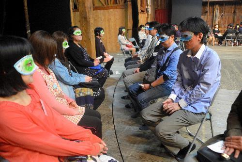 嘉穂劇場で開いた婚活パーティー「仮面劇場」。内側の男性陣の舞台が回り、ご対面=2014年4月19日、福岡県飯塚市飯塚