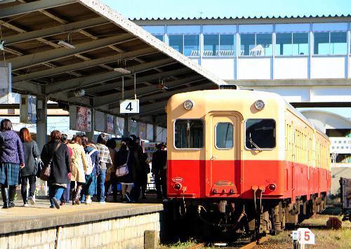 出会いを求めて五井駅発の「婚活列車」に乗り込む女性たち=2014年11月15日、千葉県市原市