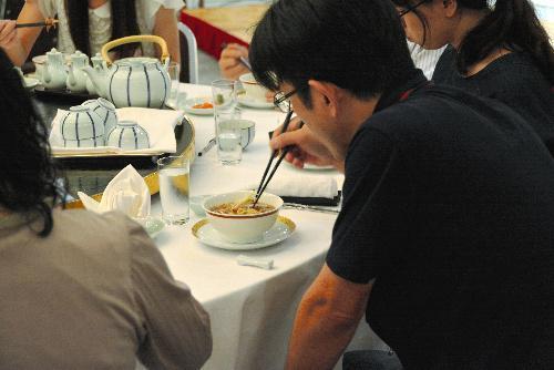 ラーメンをテーマにした婚活パーティーを楽しむ参加者ら=2014年9月5日、札幌市中央区