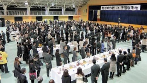 千僧駐屯地で開かれた婚活イベント。120人の自衛官に対し220人の女性がつめかけた=2014年1月、兵庫県伊丹市、滋賀県防衛協会青年部会提供