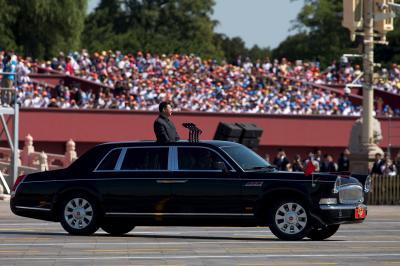 「抗日戦勝利70周年」軍事パレードに登場した、習近平国家主席を乗せた紅旗=2005年9月3日