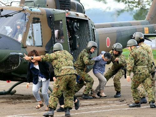 自衛隊のヘリコプターで救助された住民=2015年9月11日、茨城県常総市、内田光撮影