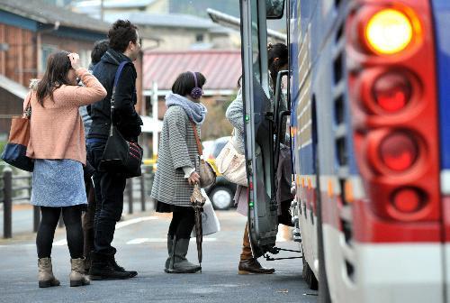 佐賀県が主催した婚活バスツアー。街の散策を終え、観光バスに乗り込む参加者たち=2014年12月6日、大分県由布市、仙波理撮影