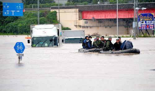 近くのコンビニエンスストアに避難していたトラック運転手らをボートで救助する自衛隊員=2015年9月11日、宮城県大和町、福留庸友撮影