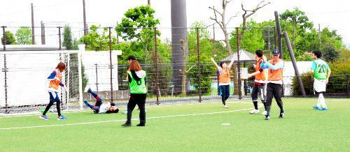 婚活フットサル。ゴールを決めて喜ぶ参加者ら=2015年4月29日、静岡市清水区の清水ナショナルトレーニングセンター