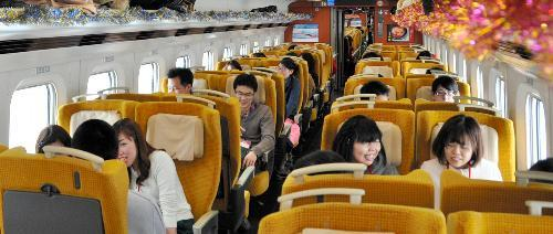 街コン列車「婚活こまち」。向かい合った座席で話に花を咲かせる参加者たち=2015年2月14日、秋田新幹線